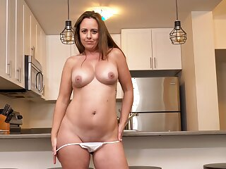 Smoking hot MILF Brandii Banks has fun with say no to cunt apropos the kitchen
