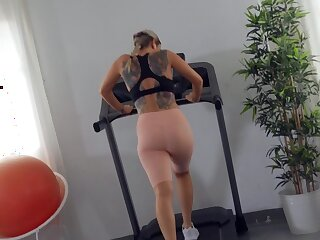 Sporty woman puts it in slay rub elbows with ass and she loves it