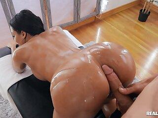 Big ass wife gets the masseur between her legs for infinite pleasure