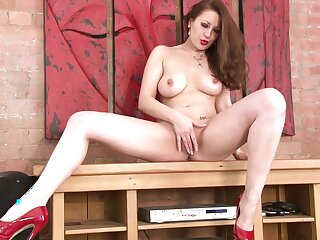 Busty model Lara Jade Deene drops her clothes to masturbate